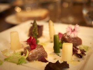 Taquitos de atún rojo marinado, con espárragos y flores